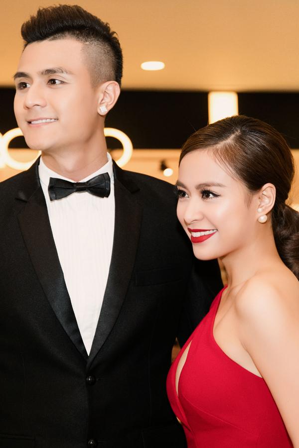 Cả hai luôn mỉm cười và tự tin sánh bước trong sự kiện trước công chúng.