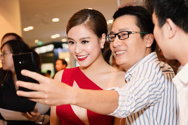 Trong sự kiện, Hoàng Thùy Linh vui vẻ tạo dáng với fan.