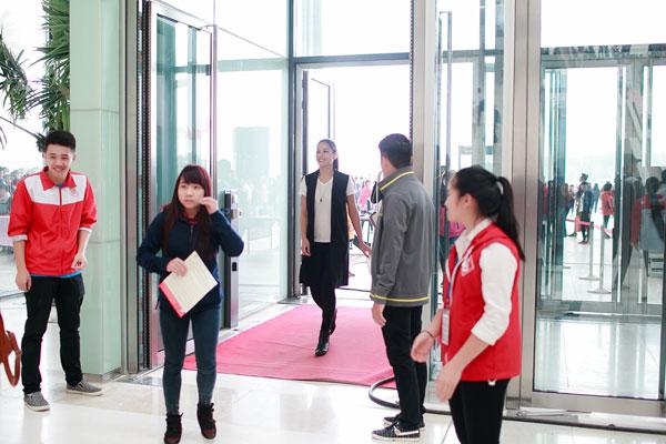 Nguyễn Thị Loan đến từ rất sớm để tham gia vào chương trình.