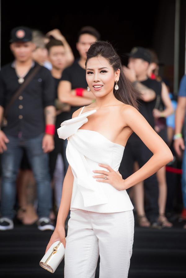 Nguyễn Thị Loan khoe thân hình đồng hồ cát khỏe khoắn trong bộ trang phục cá tính.