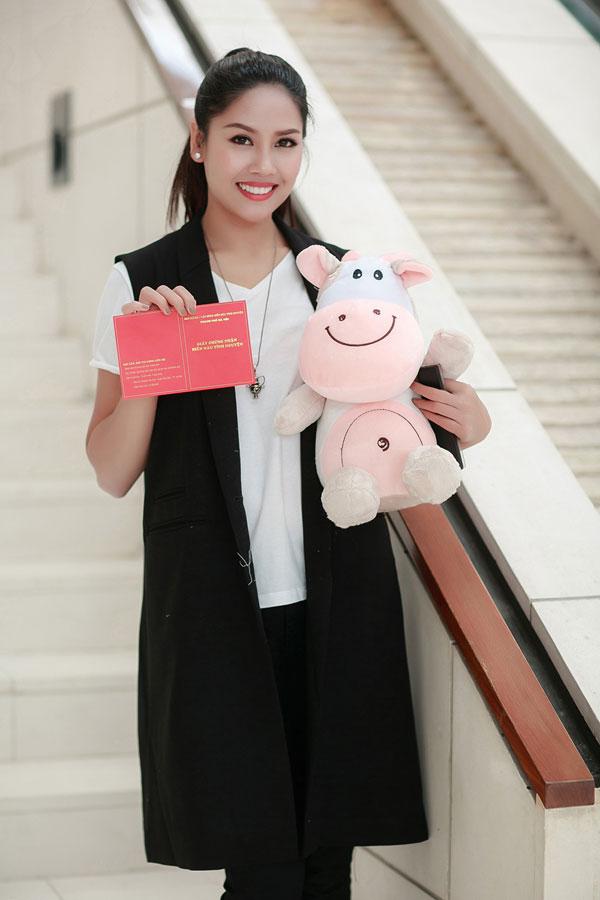 Nguyễn Thị Loan hạnh phúc khi khoe giấy chứng nhận hiến máu và quà lưu niệm. Cô tâm sự sẽ tiếp tục dành tình cảm cho Lễ hội Xuân hồng vì đó là một chương trình ý nghĩa.
