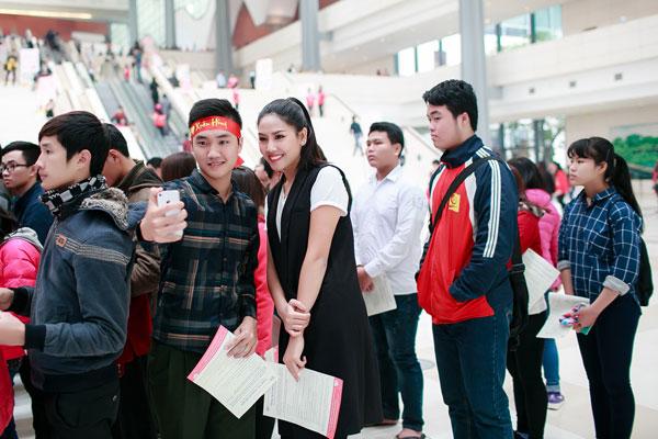 Nguyễn Thị Loan vui vẻ chụp ảnh cùng người hâm mộ.