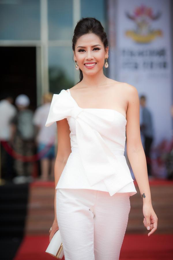 Sau các cuộc thi nhan sắc, Nguyễn Thị Loan ngày càng ăn mặc có gu hơn.