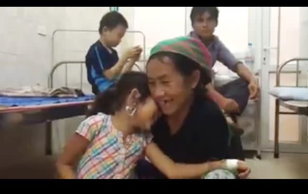 Bé Lúa hồn nhiên vui đùa, dụi đầu vào vai mẹ già ở Bệnh viện đa khoa Hà Giang. Ảnh: Thanh Hoa.