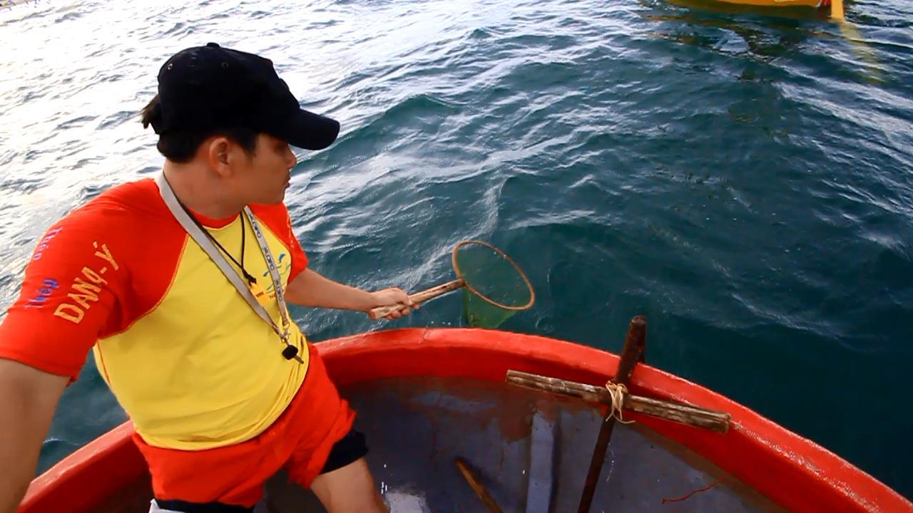 lực lượng cứu hộ chèo thuyền thúng ra khơi vớt
