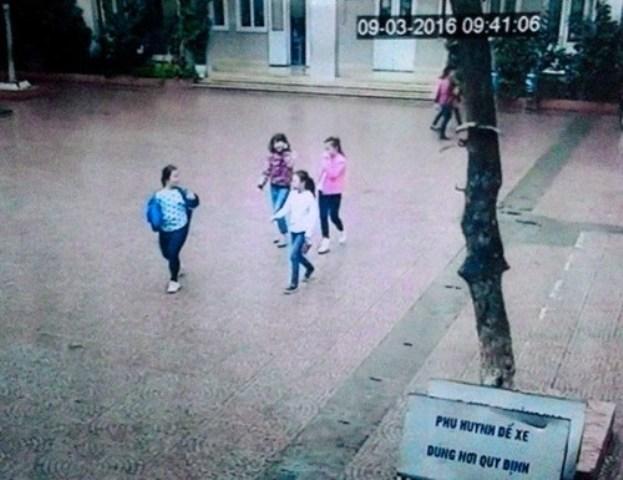 Camera ghi lại hình ảnh 4 học sinh rời khỏi sân trường sáng 9/3.