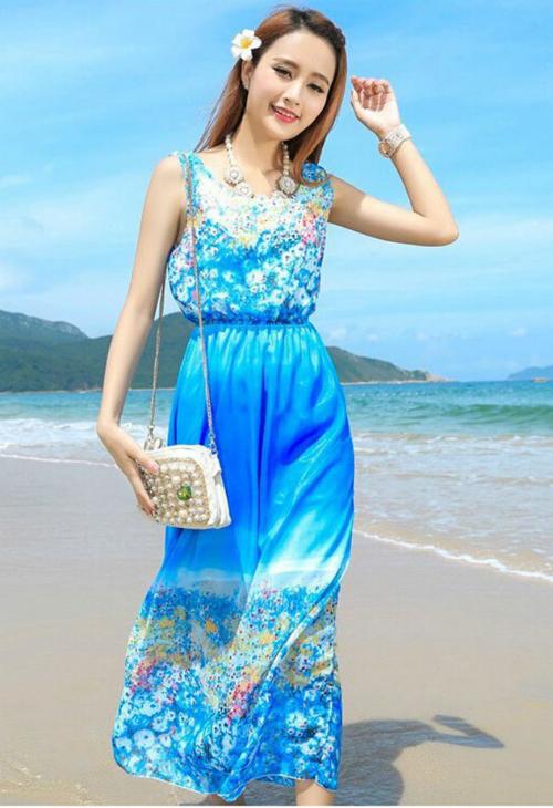 Đứng đầu và lý tưởng nhất trong 10 mẫu váy mặc đi biển hè 2016 này là váy maxi. Nó mang lại cảm giác tuyệt đối thoải mái, dễ chịu cho người mặc và phù hợp với nhiều lứa tuổi.
