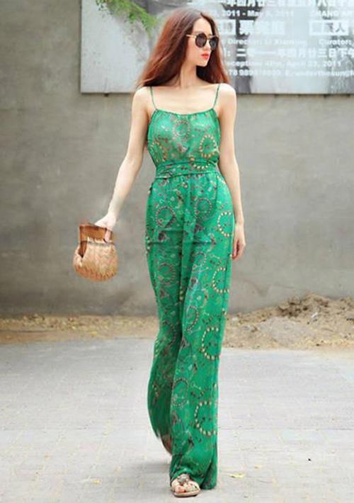 Năm nào cũng vậy, váy maxi luôn là kiểu váy hút hồn chị em bởi sự thướt tha, mềm mại và quyến rũ của chúng.