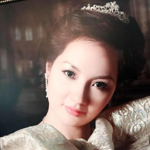 So với Thu Ngân, mẹ cô còn có vẻ đẹp mặn mà và sang trọng.