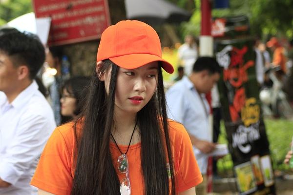 Các sinh viên gây chú ý với màu áo cam nổi bật và những khuân mặt dễ thương. Ảnh: Q.A