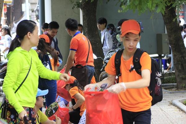 Đội nhặt rác luôn nhận được những ánh mắt thiện cảm của các phụ huynh. Ảnh: Q.A