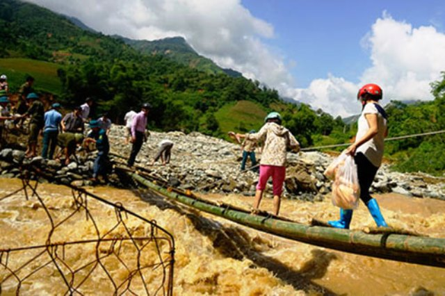 Chiếc cầu tre được bắc qua sông để tiếp cận với người dân thông Sủng Hoảng, xã Phìn Ngan, huyện Bát Xát, Lào Cai. Ảnh: Báo Lào Cai