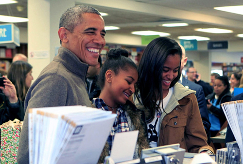 Thời gian rảnh rỗi, hai cô gái đi mua sách cùng ông bố quyền lực.