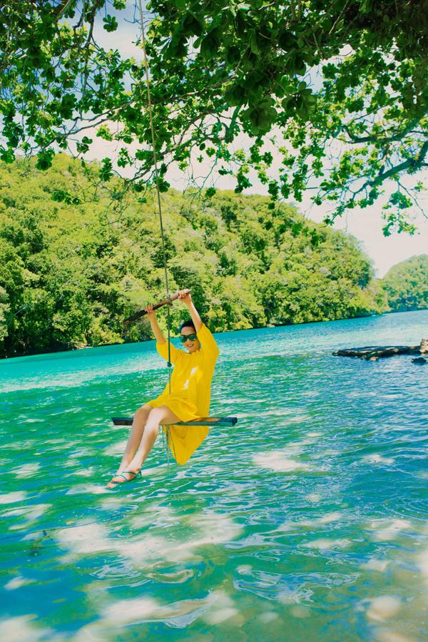 Dù phải di chuyển khá nhiều nhưng khi được hòa mình trong nắng vàng biển xanh, người đẹp nhanh chóng quên đi tất cả mệt mỏi.