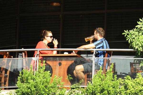 Vừa uống bia, vừa cảm nhận ánh nắng ấm áp
