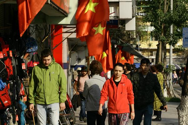 Đường phố Hà Nội rực rỡ hơn trong nắng
