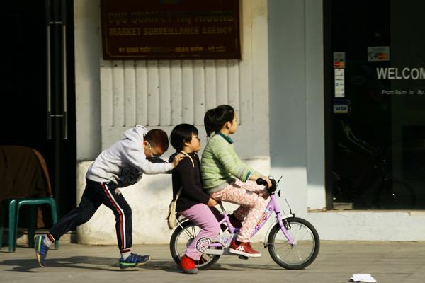 Trẻ em thoải mái nô đùa trong nắng ấm