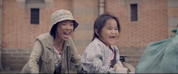 Bộ phim Nắng là câu chuyện về bé Nắng (Kim Thư) và mẹ Mưa thiểu năng (Thu Trang) của mình.