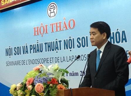 Ông Nguyễn Đức Chung đã đích thân mời các giáo sư hàng đầu thế giới về phẫu thuật nội soi tới Việt Nam để chuyển giao kỹ thuật (Ảnh: SK)