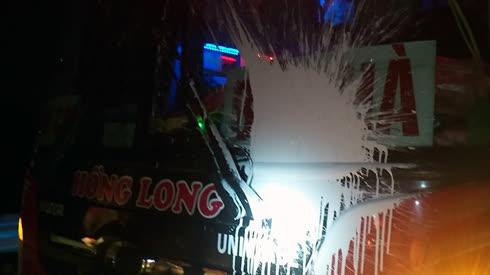 Xe khách bị ném sơn trên cao tốc Nội Bài - Lào Cai.