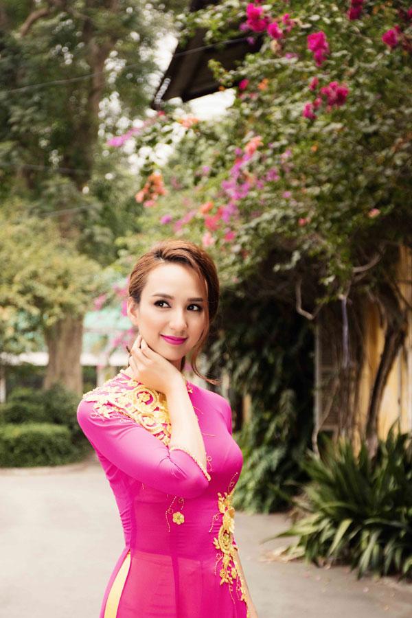 Cô thích mặc áo dài truyền thống vì khoe được vóc dáng thanh tân cùng vẻ đẹp khỏe khoắn ngọt ngào.