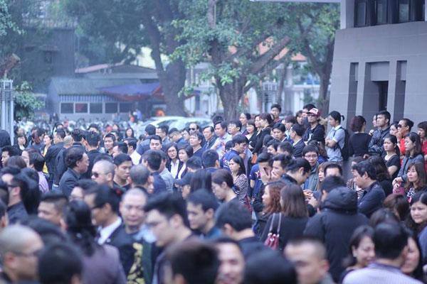 Đông đảo người hâm mộ, bạn bè, báo chí đã đến chia buồn với gia đình nhạc sĩ Trần Lập.