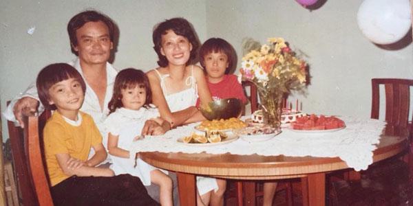 Nhạc sĩ Thanh Tùng hồi còn trẻ bên cạnh vợ và ba con: Bách, Thông và Bạch Dương.