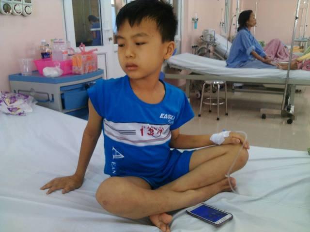 Mỗi ngày, cháu Nguyễn Thành Công (10 tuổi) đều khóc hỏi các y bác sỹ: Bao giờ thì cháu khỏi bệnh để được đi học ạ?. Ảnh C.T