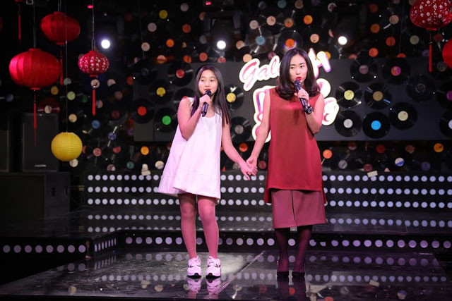 Nữ ca sĩ trẻ Nhật Thu và em gái cũng đến để tham gia buổi ghi hình.