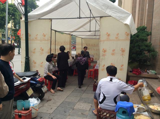 Đám giỗ gây sự phản cảm trên đường phố Tràng Tiền vào ngày 6/1.
