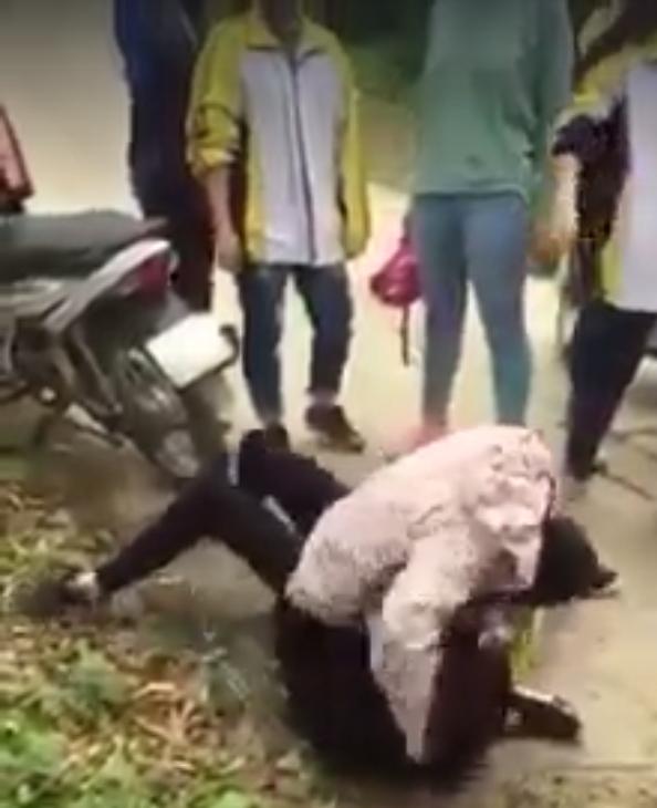 Nữ sinh trường Chu Văn An bị đập đầu xuống đường bê tông (ảnh cắt từ video)