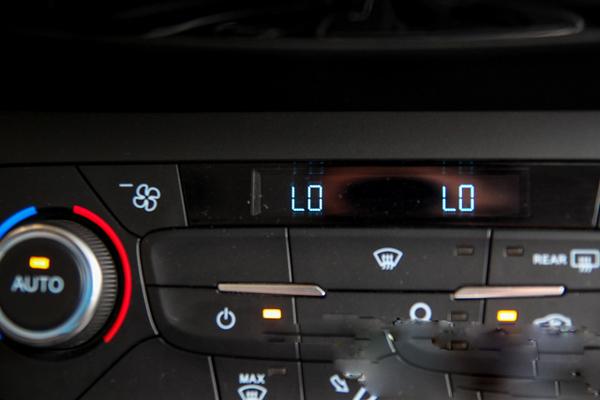 Thời tiết nóng, nhiều người có thói quen ngay lập tức vặn điều hòa hết công suất (low) khi lên xe.