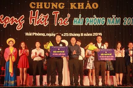 Ông Nguyễn Văn Lập-Giám đốc Cung VHTT Thanh niên trao giải triển vọng và Giải hát về Hải Phòng hay nhất.
