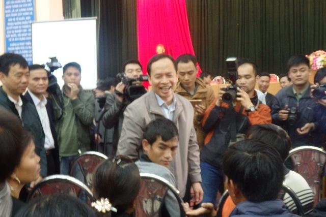 Ông Trịnh Văn Chiến - UVBCHTWĐ - Bí thư Tỉnh ủy Thanh Hóa nói chuyện với ngư dân
