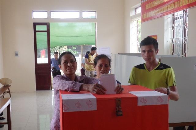 Cử tri tổ bầu cử số 9, xã Quảng Cư, thị xã Sầm Sơn bỏ phiếu