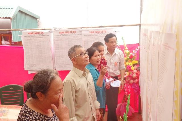 Cử tri phường Quảng Tiến đang nghiên cứu lý lịch các đại biếu lần cuối trước khi bỏ phiếu