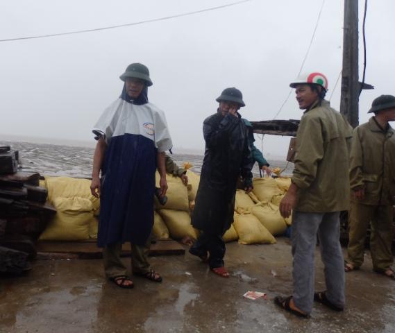 Sẵn sàng chuẩn bị các bao cát để ngăn nước tràn vào khu dân cư tại tuyến đê biển huyện Hậu Lộc