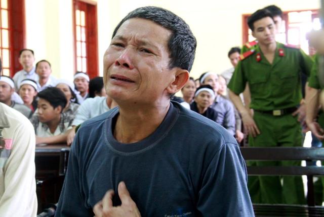 """Khính khóc lóc bảo """"rất yêu vợ"""" khi nói lời sau cùng. Ảnh: Phan Ngọc"""