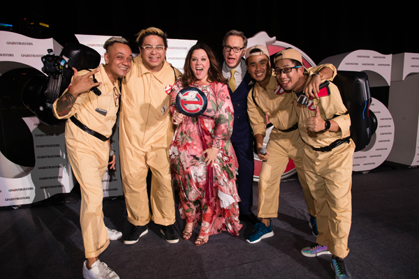 Trên thảm đỏ Ghostbusters- Biệt Đội Săn Ma mới nhất tại Singapore, 263 fans đã có mặt tại khu vực Marina Bay Sand trong bộ đồ con ma màu trắng cùng chiếc vòng cấm màu đỏ đặc trưng của thương hiệu Ghostbusters. Nữ diễn viên chính của phiên bản mới là Melissa McCarthy đã tham gia sự kiện cùng đạo diễn Paul Feig. Cô nàng diện bộ váy màu hồng họa tiết hoa cực xinh, minh chứng cho việc quá khổ không hề làm ảnh hưởng tới sự tự tin của Melissa McCarthy.