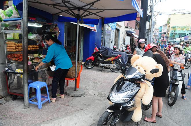 Xe bánh mì phá lấu 60 năm tại góc phố Sài Gòn
