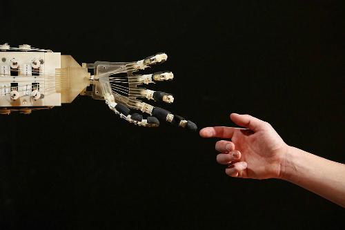 Cô bé 10 tuổi đang biến ước mơ của mình thành hiện thực sau khi giành học bổng chế tạo robot ở Paris. Ảnh: Parent Herald.