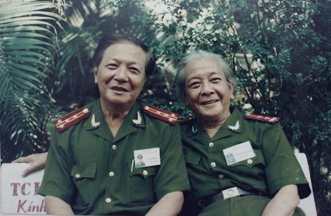NSƯT Hà Văn Trọng (bìa trái) chụp ảnh cùng Đại tá, nghệ sĩ Lê Thế Tục trong phim trường sê-ri phim Cảnh sát hình sự năm 2003. Ảnh: Q.N