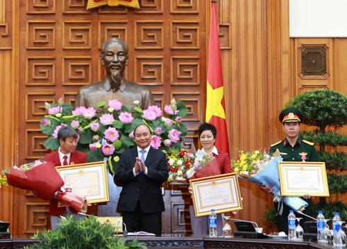 Hoàng Xuân Vinh được Thủ tướng Nguyễn Xuân Phúc trao Huân chương lao động hạng nhất. Ảnh: Ngọc Dung