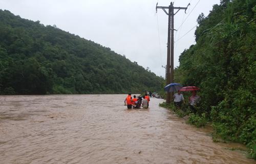 Lũ chia cắt một số tuyến đường liên xã tại huyện Kỳ Sơn. Ảnh: Lữ Phú.