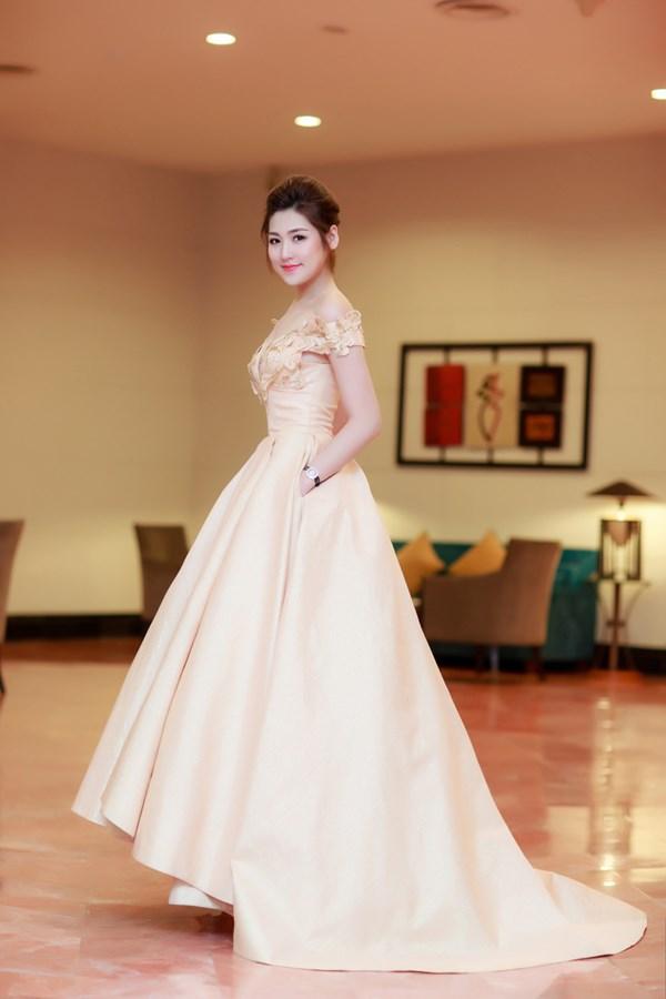 Chiếc đầm với phần tùng váy xoè rộng mang đến vẻ lộng lẫy và cổ điển cho Tú Anh.