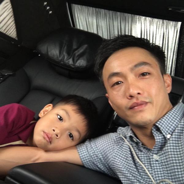 Cường Đôla khoe ảnh đưa con trai đi học.
