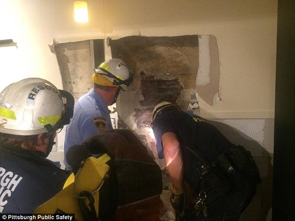 Các nhân viên cứu hộ phá một lỗ lớn trên bức tường để cứu Birdsong nhưng không thành công. Ảnh: Pittsburgh Public Safety