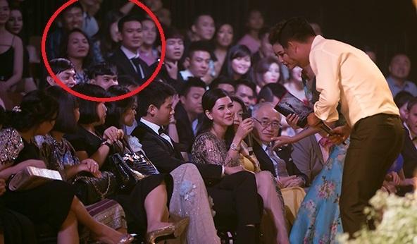 Hôm đó, trên khán đài, bạn trai Kỳ Duyên ngồi cùng mẹ cô,