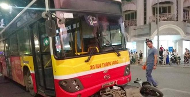 Hiện trường vụ tai nạn xe buýt tông xe máy.