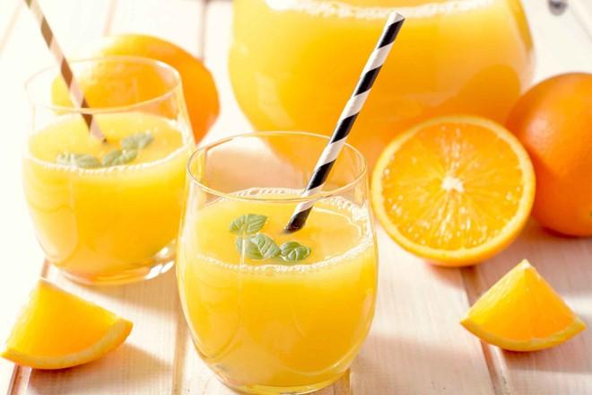 Nước cam: Theo Readers Digest, nếu có thói quen ăn sáng với đồ ăn bạn nên uống một vài cốc nước cam để hạn chế tác hại của loại thực phẩm này. Flavonoid trong nước cam là sắc tố thực vật có đặc tính chống viêm hiệu quả.